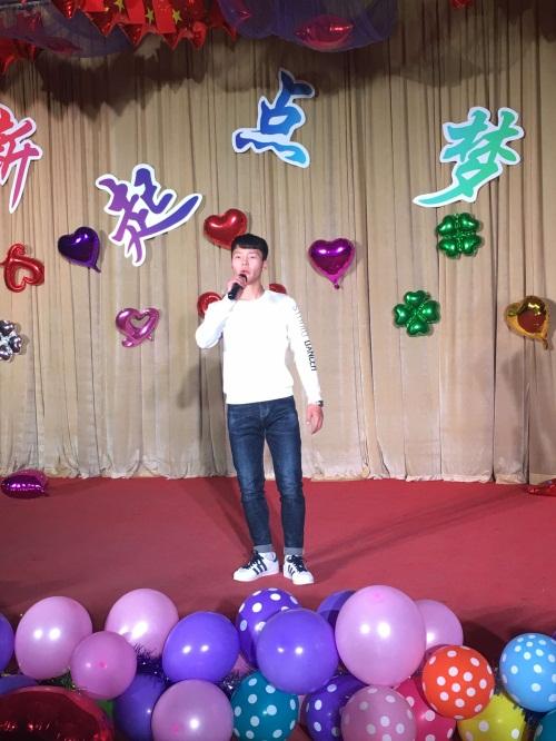 刘铭浩同学演唱歌曲《还有梦想》